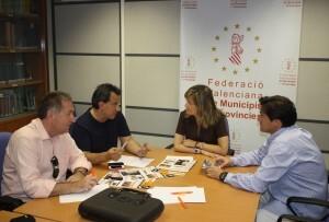 El presidente de Fotur y el de los Dj´s valencianos con la presidenta de la FEMP