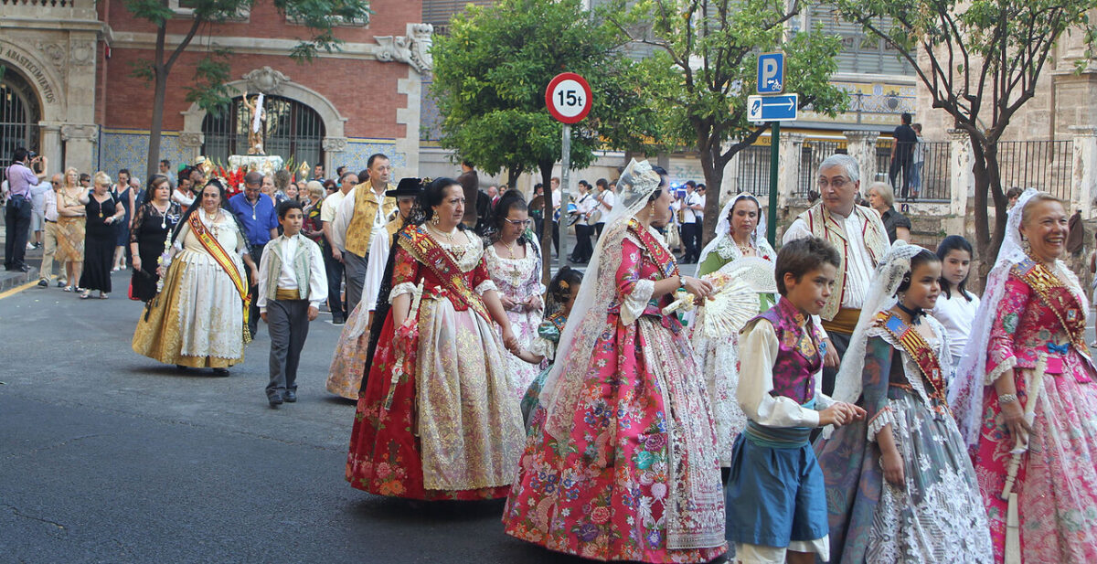 La comitiva de la procesión pasando por la plaza del Mercat/j. peiró