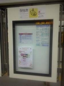 Un panel de la estación de metro Serrería con el cartel anunciador de las actividades