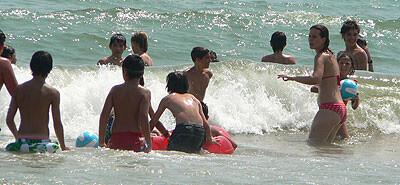 Los niños que participan pasan una mañana en la playa del Cabanyal