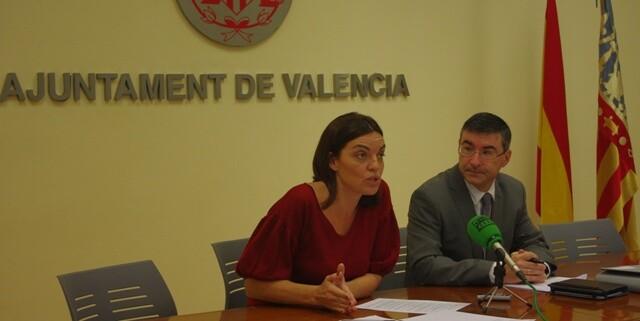 La concejala socialista Anais Menguzzato junto al edil Pedro M. Sánchez en una rueda de prensa.