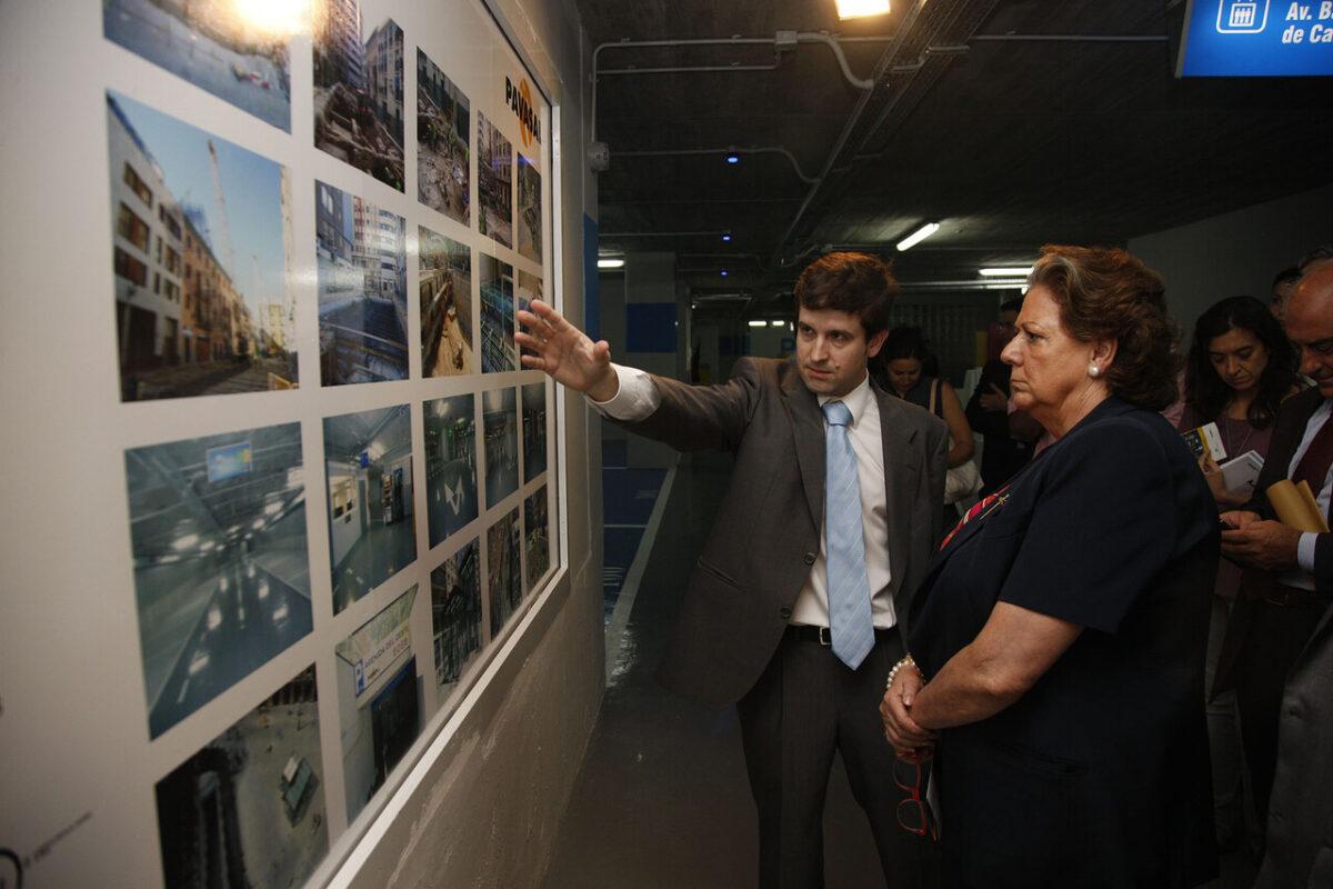 El director de Concesiones de Pavasal explica a la alcaldesa, Rita Barberá, los pormenores del aparcamiento/pepe sapena