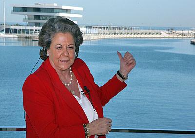 La alcaldesa, Rita Barberá, en la Marina Real delante del Veles i Vents