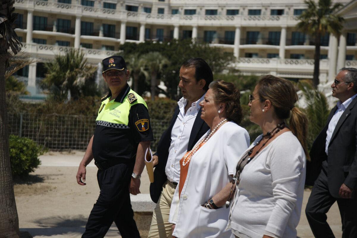 Barberá recorre la playa de Las Arenas con la edil de Playas, Lourdes Bernal; el asesor de Policía Local y el intendente general jefe.