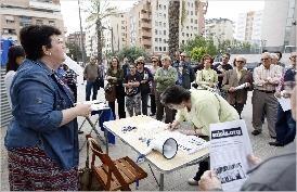 Vecinos de Orriols recogen firmas exigiendo reanudar las obras del centro de salud hace pocas semanas
