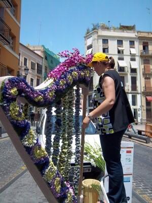Un florista remata un adorno floral en la plaza del Tossal en una pasada edición