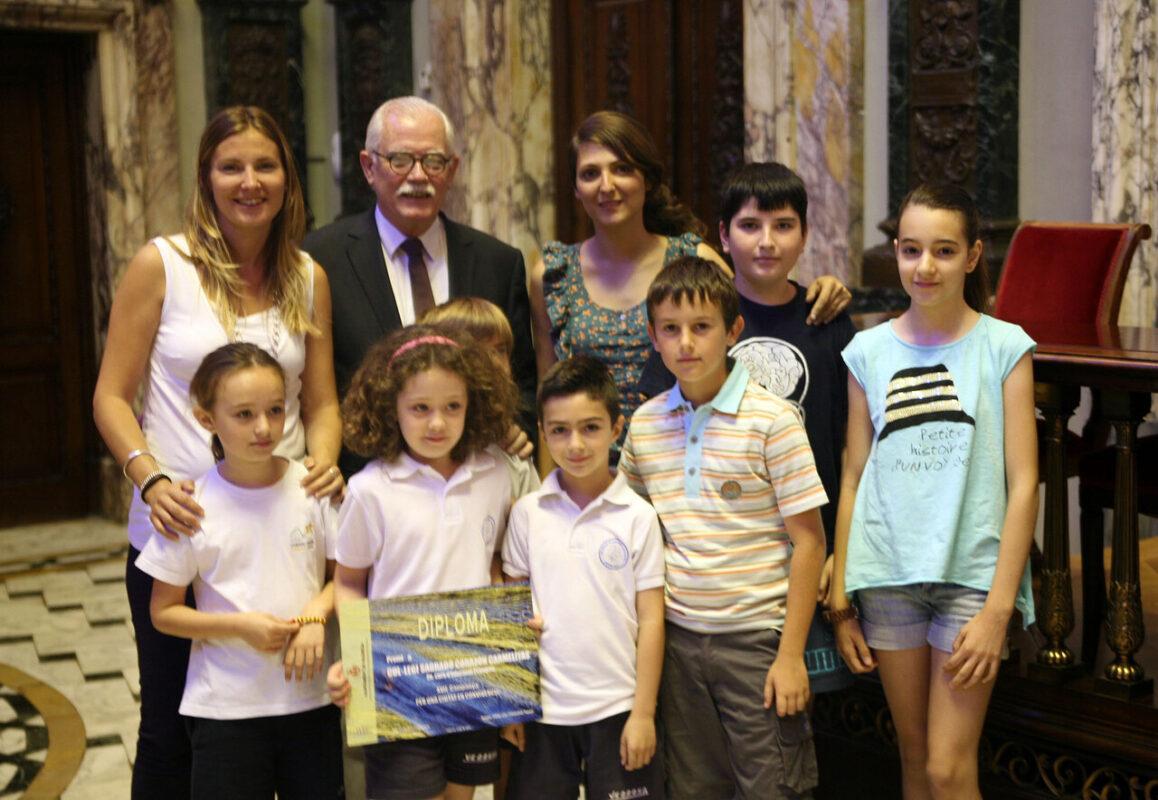 El concejal de Educación con un grupo de alumnos premiados