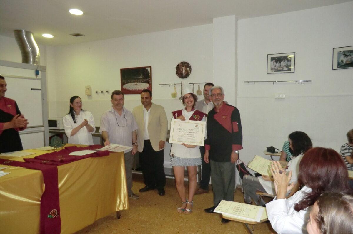 Una de las alumnas del curso recibe el título en presencia de Oscar Torrijos