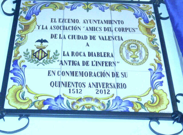 Placa conmemorativa que se colocó en la Roca de La Diablera
