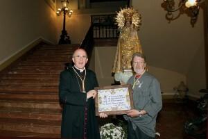 El arzobispo Carlos Osoro con el presidente de Amics del Corpus Antonio Rosell quien le entegó la placa acreditativa de la distinción/m.guallart