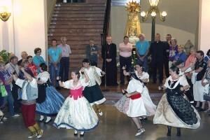 Un grupo de baile tradicional realiza unos bailes en el interior del Palacio Arzobispal/m.guallart