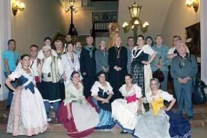 El grupo de baile y directivos del Corpus posan con el arzobispo/m.guallart