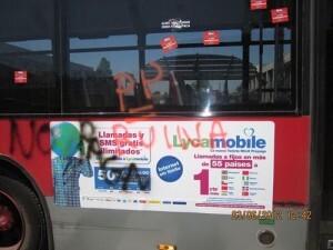 Uno autobus con pegatinas y pintadas