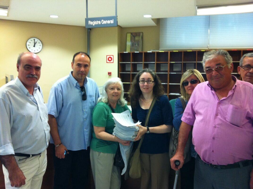 Dirigentes vecinales en la primera entrega de firmas