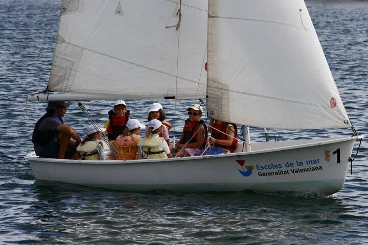 Un grupo de alumnos en uno de los barcos de la escuela de vela