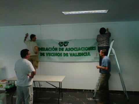Un grupo de directivos de la federación y vecinos montan la exposición que se inaugura hoy