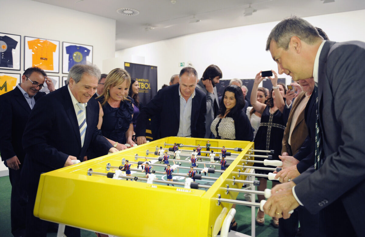 El presidente Rus y la delegada de Cultura, Puchalt, juegan al futbolin contra el secretario autonómico de Cultura, Rafael Ripoll