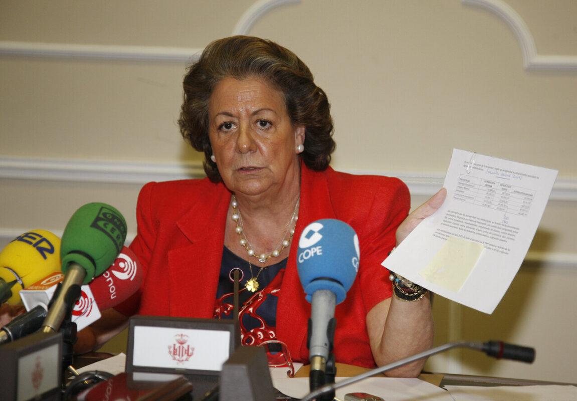 La alcaldesa Rita Barberá exhibe una hoja con un cuadro de los sueldos/ayto. vlc