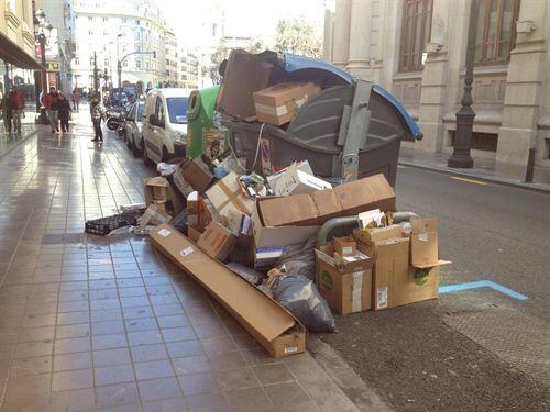 Los socialistas denunciaron falta de limpieza y retirada de residuos con ésta foto tomada en la calle Lauria/gms ayto vlc
