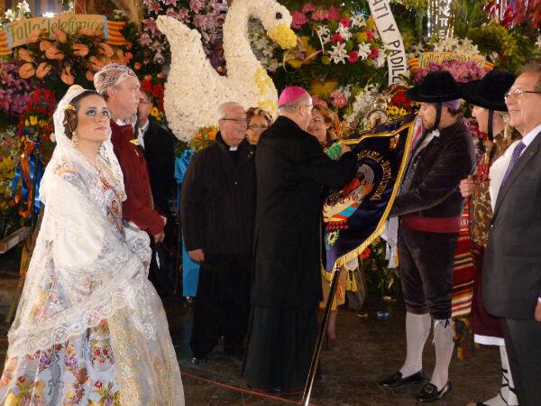 El arzobispo Carlos Osoro impone la medalla de Maides al estandarte de la falla Santa María Micaela
