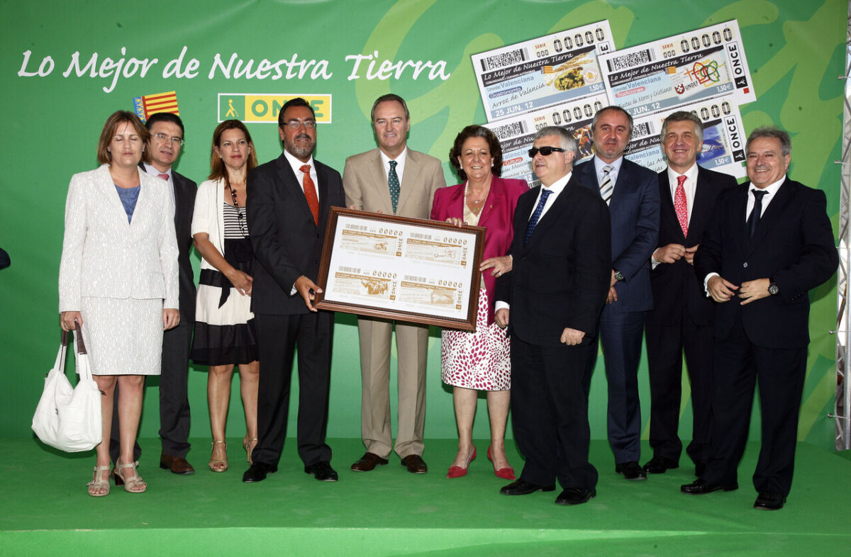 Las autoridades valencianas y de la ONCE con un cupón gigante