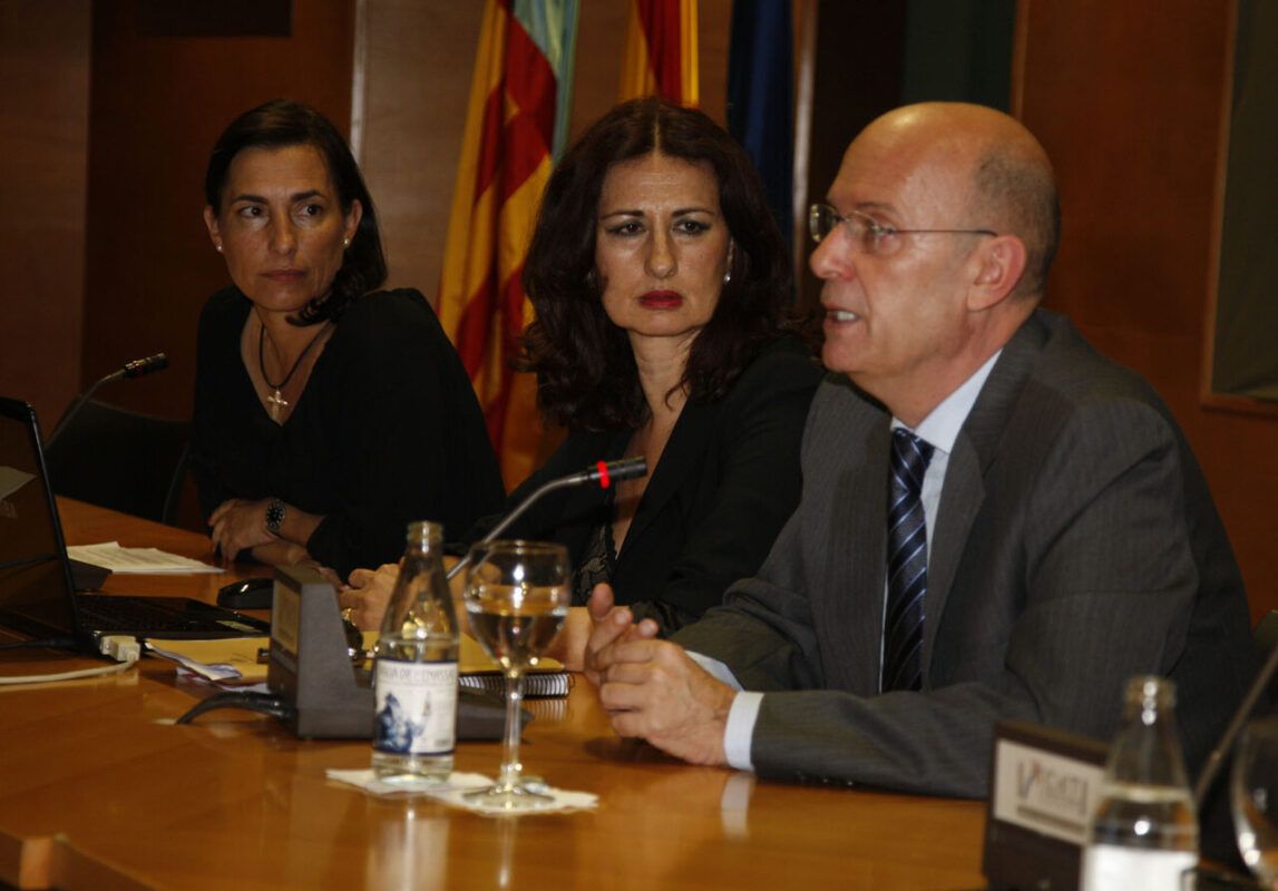 El concejal Crespo explica la normativa mientras le escuchan la directora general de Coordinación y la de Comercio
