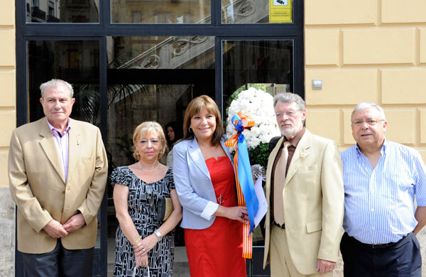 Amparo Mora recibe el pomell de Flors de manos de Antonio Rossell