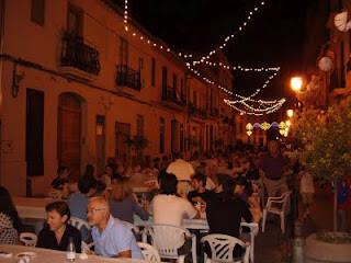 Cena al aire libre en las fiestas de Patraix