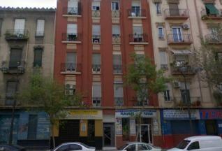 Fachada del edificio desalojada en la avenida Peris y Valero del barrio de Russafa