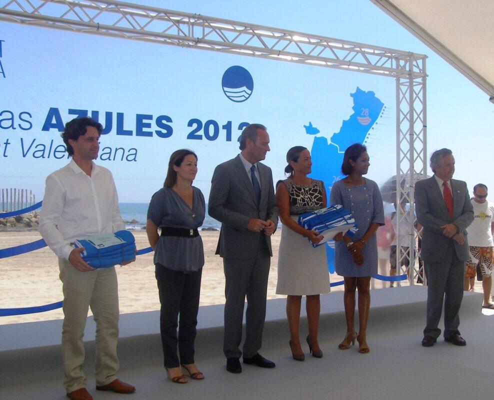 La concejal de Playas Lourdes Bernal en el momento de recoger las banderas con el presidente de la Generalitat/pepe sapena