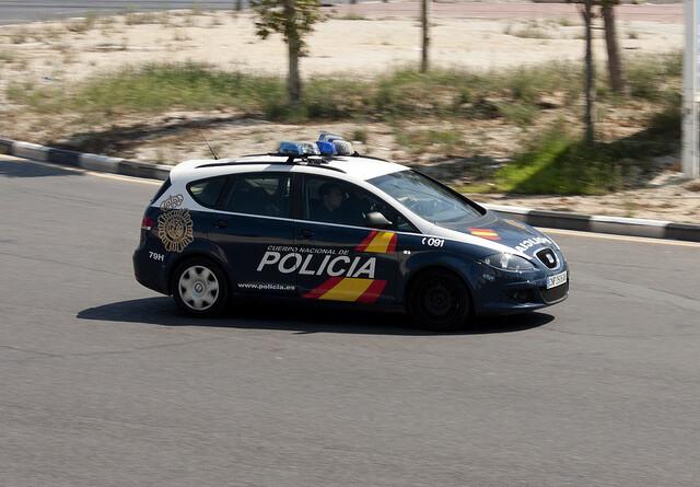 Un vehículo de la Policía Nacional patrulla por una zona de la ciudad