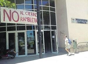 Entrada al polideportivo de La Rambleta con una pancarta contra el cierre