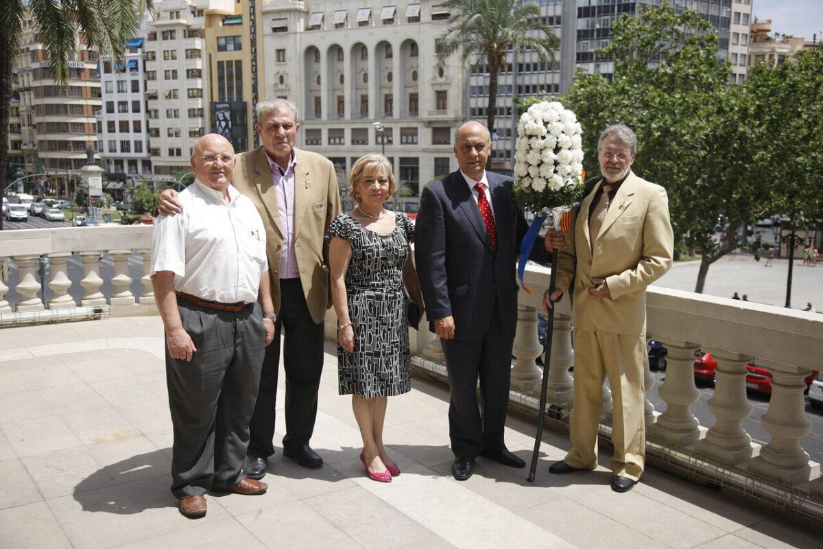 El edil de Fiestas Lledó recibe el pomell del Corpus en el balcón del ayuntamiento/ayto vlc.