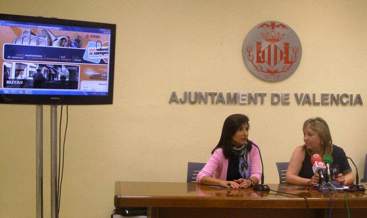 La presidenta de Cecoval y la concejal de Comercio del Ayuntamiento de Valencia, María Jesús Puchalt. pepe sapena