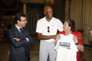 Barberá sostiene la camiseta de la NBA BBVA Tour/ayto vlc