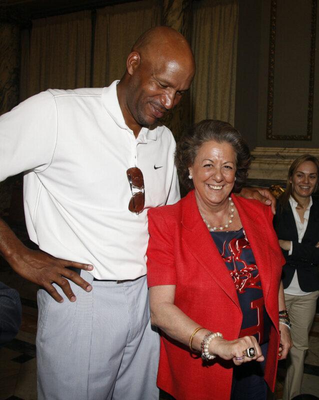 La alcaldesa posa con el anilllo del pentacampeón de la NBA Ron Harper/ayto vlc