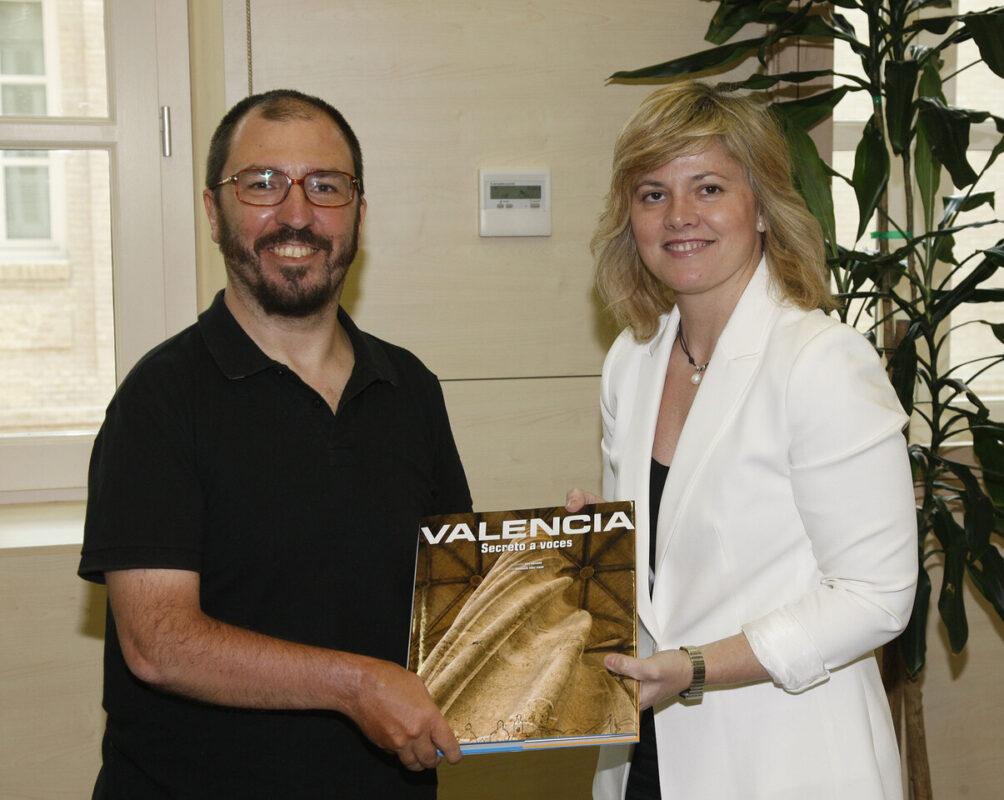 Rosenwirth con la concejala Albert quien le entrega un libro sobre la ciudad/ayto vlc./pepe sapena