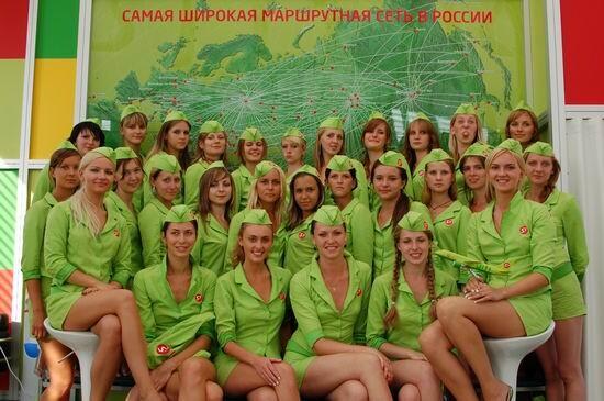 Un grupo de azafatas de la S-7 Airlines en un posado promocional de la compañía
