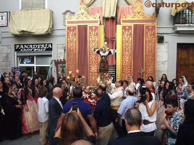 Sant Bult llega a su plaza de la mano de sus portadores después de la dança/a.part