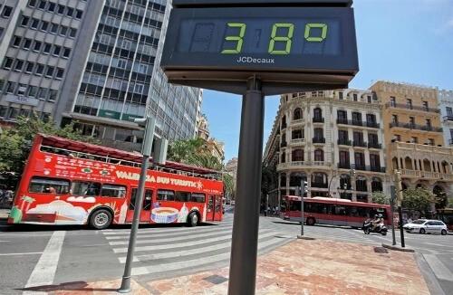 Un termómetro de la plaza del Ayuntamiento en una jornada similar a la de hoy
