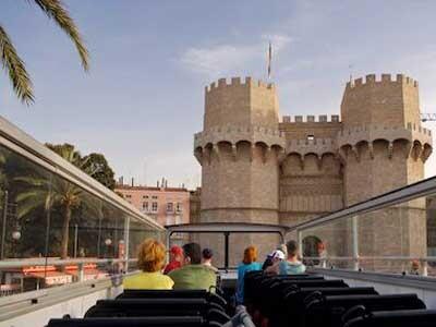 Un grupo de turistas observa las Torres de Serranos cuando el puente era transitable para vehículos