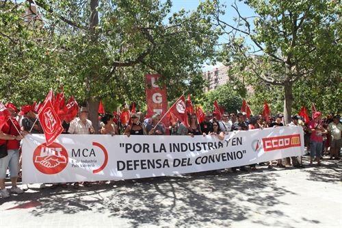 Sindicalistas de UGT y CC.OO. en la protesta delante de Femeval