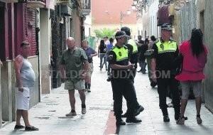 Dos policías patrullan por las calles de Velluters