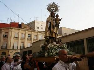 Un grupo de devotos y fieles porta a hombros a la Virgem del Carmen