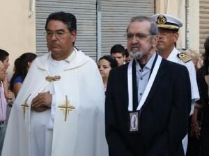 El párroco de El Grao con el presidente de la cofradía, Manuel Monsoriu