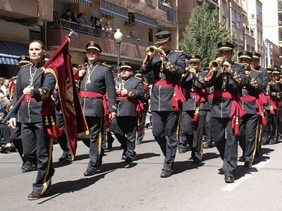 La banda de cornetas y tambores Virgen de los Dolores en el desfile de la Semana Santa Marinera/eos