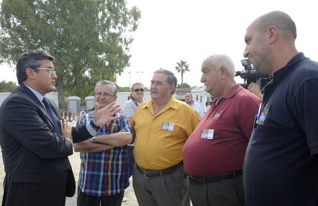 El diputado Cristóbal Grau con los responsables de las empresas de pirotecnia que dispararon el año pasado