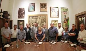 Los asistentes de los colectivos culturales y vecinales antes con los dirigentes del PSPV