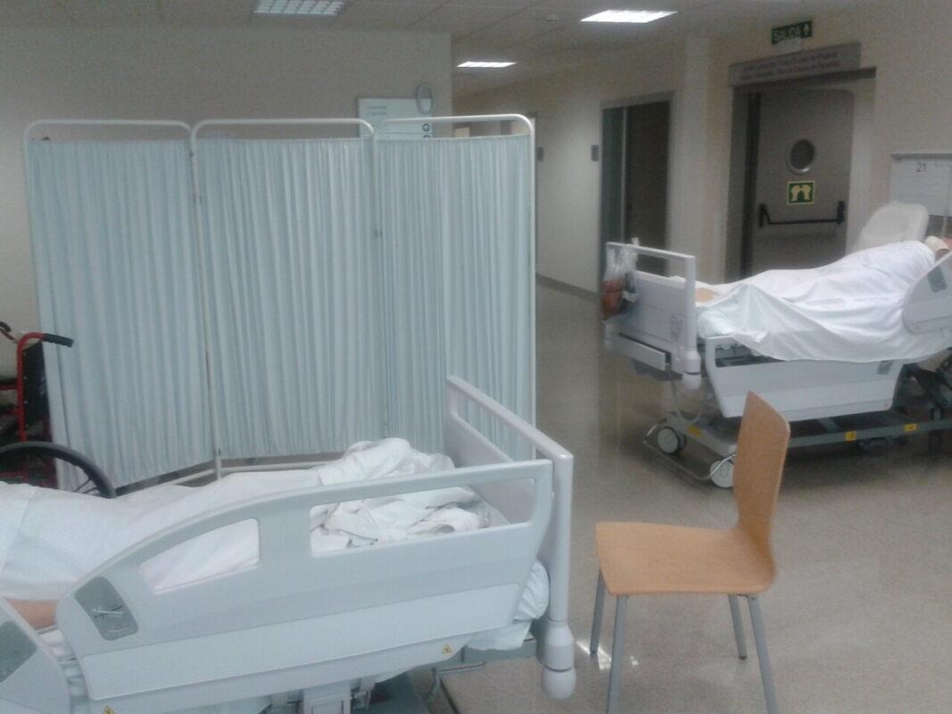 Varias camas en los pasillos de Urgencias del Hospital de la Fe. vlc
