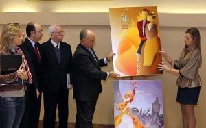El edil de Fiestas, Francisco Lledó, sostiene el cartel de las Fallas de 2012